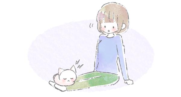 飼い主の足に乗って寝る猫のイラスト