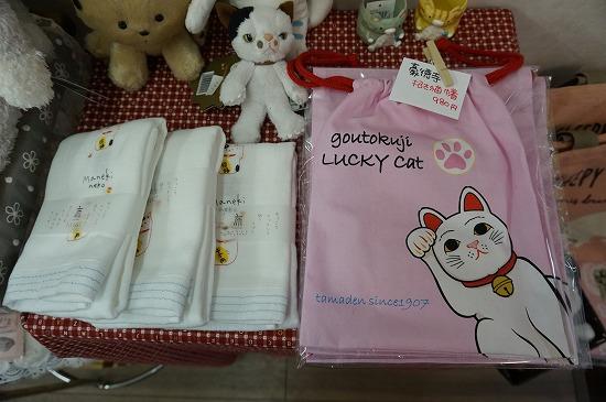 招き猫ガーゼタオルと豪徳寺招き猫巾着の写真