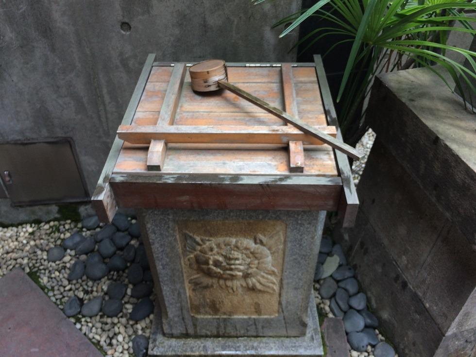 美喜井稲荷の手水蓋を閉めた状態の写真