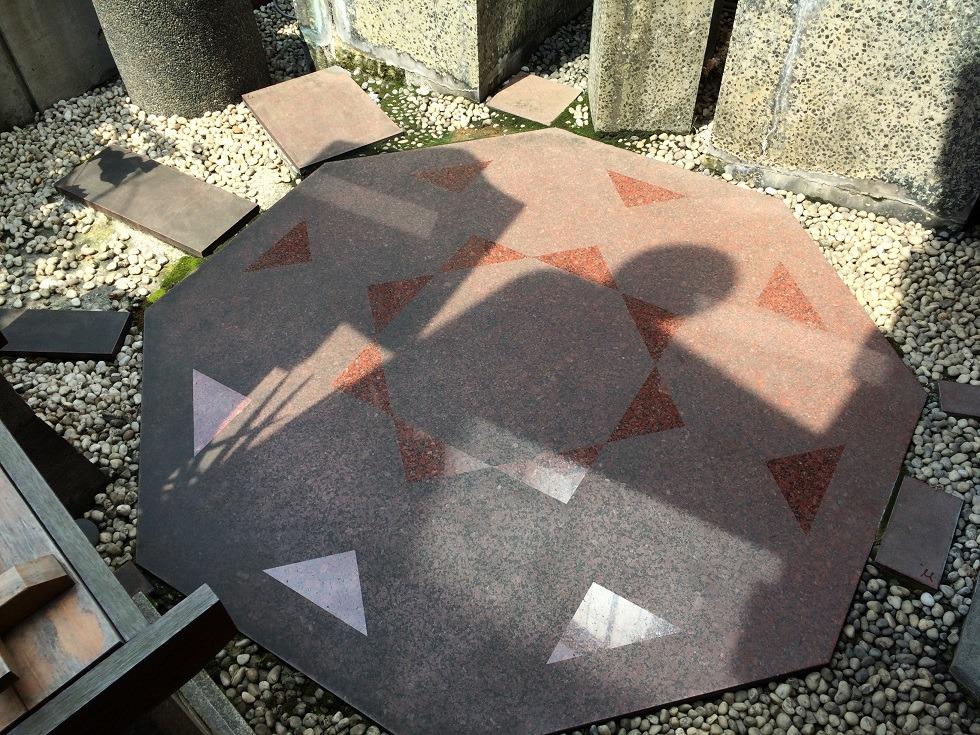 美喜井稲荷の境内の床の写真