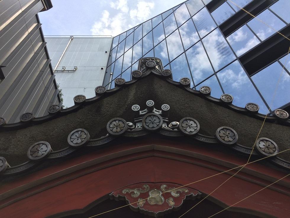 美喜井稲荷の本殿の上の写真