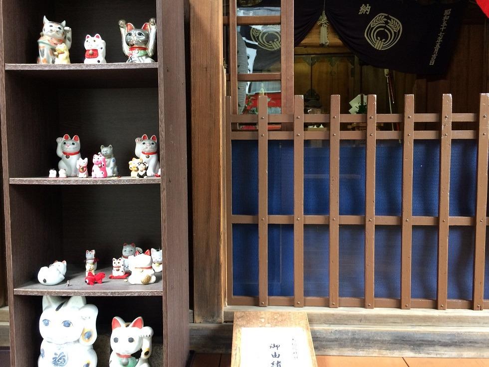 三光稲荷神社の拝殿左の招き猫の写真
