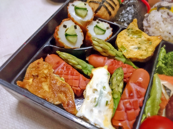 猫の卵焼きと副菜の写真